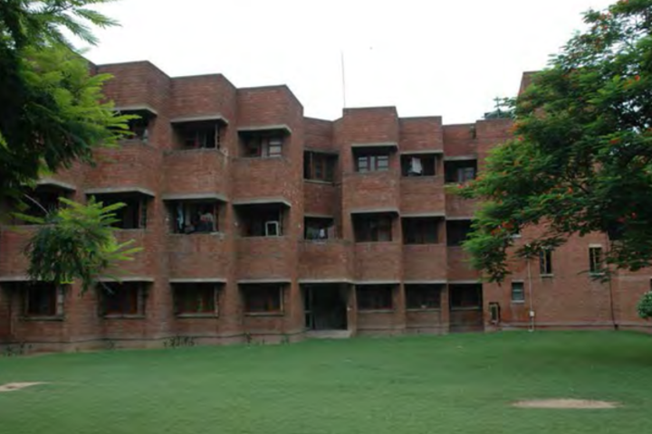 https://cache.careers360.mobi/media/colleges/social-media/media-gallery/272/2018/10/1/Green Campus of School of Planning and Architecture Delhi_Campus-View.png